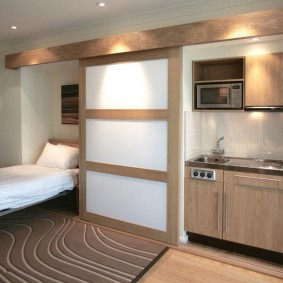 Узкая кровать в общей комнате