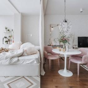 Белая штора посередине комнаты