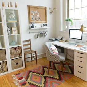 Белый письменный стол перед окном кабинета