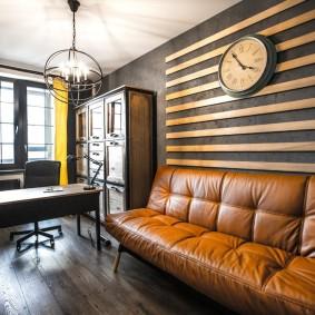 Декор планками стены над диваном в кабинете