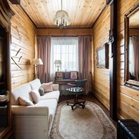 Узкий кабинет в бревенчатом доме