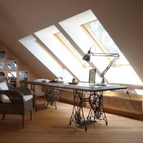 Домашний кабинет в мансарде загородного дома