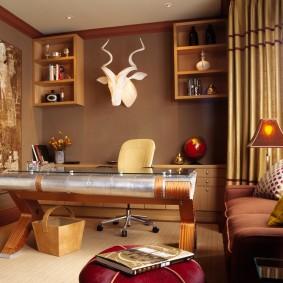 Полки на стене кабинета в квартире