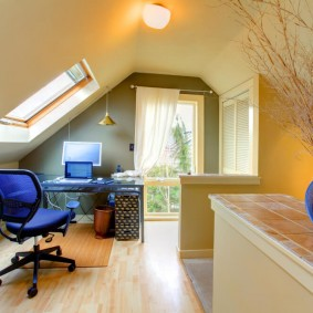 Офисный стул с сетчатой спинкой