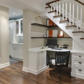 Рабочее место под лестницей в частном доме