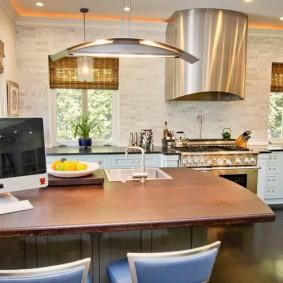 Рабочий стол в кухне-гостиной