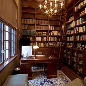 Домашняя библиотека в кабинете загородного дома