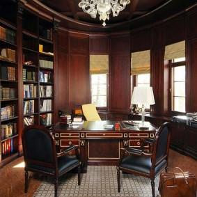 Удобная мебель в комнате с эркером