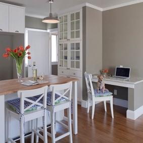 Небольшой столик для работы в кухне-гостиной