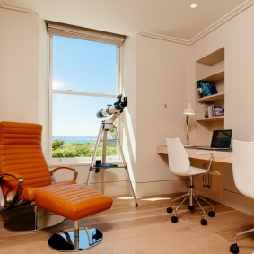 Офисное кресло с коричневой обивкой