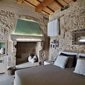 Деревянный потолок в спальне стиля прованс