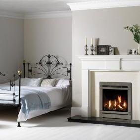 Кованная кровать в деревенской спальне