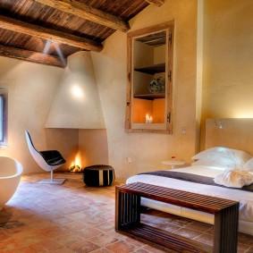 Уютная спальня с камином в углу