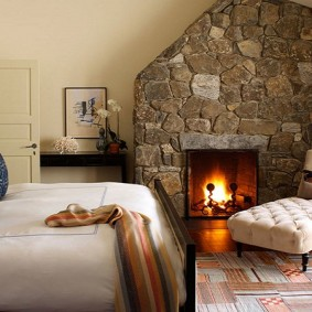 Каменная облицовка камина в спальне