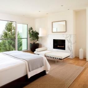 Панорамное окно в спальне с камином