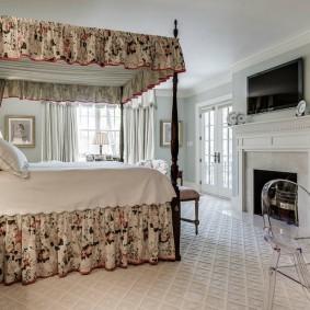 Кровать с балдахином в частном доме