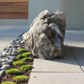 Камень валун в декоре частного двора