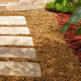 Тропинка из прямоугольных камней на садовом участке