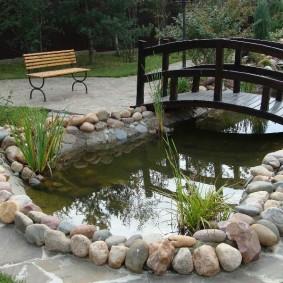 Округлые камни по берегам искусственного водоема