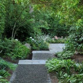 Гравийная засыпка на ступенях садовой лестницы