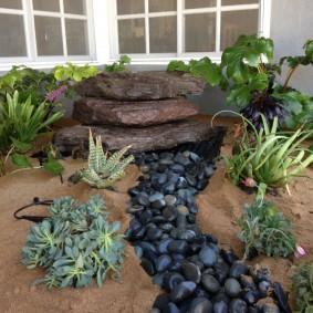Сухой ручей из камней черного цвета