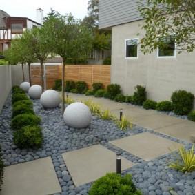 Круглые камни правильной формы на загородном участке