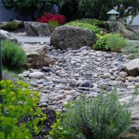 Природные камни в саду ландшафтного стиля