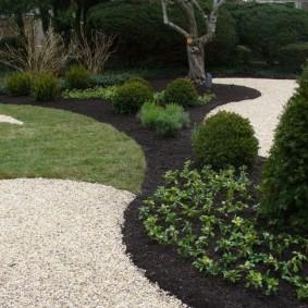 Декорирование сада с помощью мелкой гальки