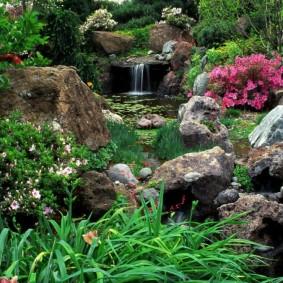 Водопад из камней в саду природного стиля