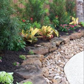 Ограждение садовой клумбы из природного камня