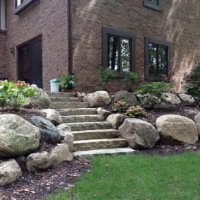 Большие камни на склоне загородного участка