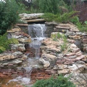 Водопад из природного материала на садовом участке