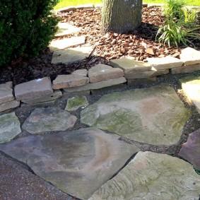 Фактура природного камня на дачной тропинке