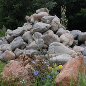 Горка из природных камней на территории частного участка