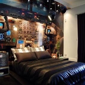 Широкая кровать в спальне геймера