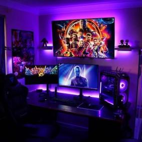 Широкоформатный телевизор над столом геймера