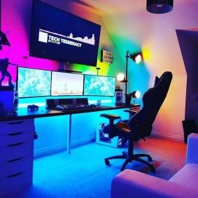 Фоновая подсветка в интерьере комнаты геймера