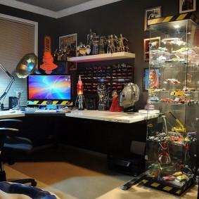 Прозрачный стеллаж в комнате геймера