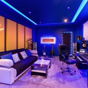 Прямоугольная комната со стенами синего цвета