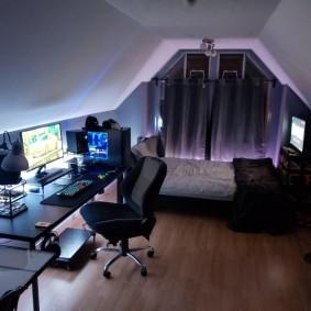 Уютная комната геймера в мансарде частного дома