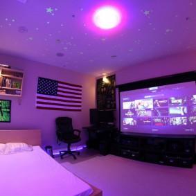 Огромный телевизор напротив кровати в комнате