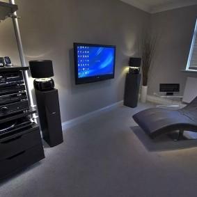 Современная комната для любителя музыки и компьютерных развлечений
