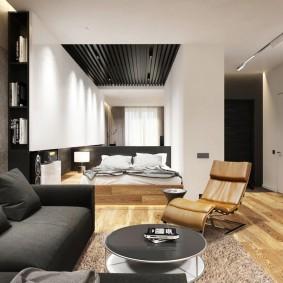 Длинная комната с кроватью и диваном