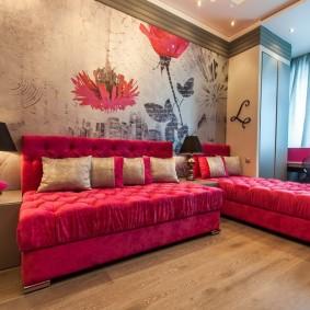 Розовая мебель в комнате с фотообоями