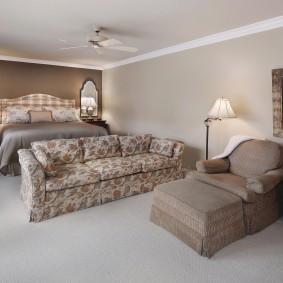 Расположение дивана в комнате с кроватью