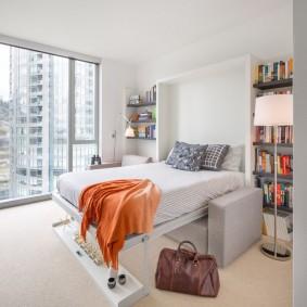Откидная кровать в комнате с большим окном