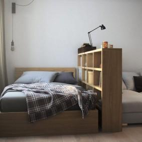 Книжный стеллаж у изголовья кровати