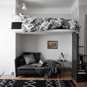 Кровать чердак в комнате с высокими потолками