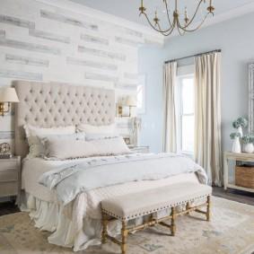 Интерьер спальной комнаты с узким окном