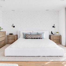 Широкая кровать бескаркасного типа